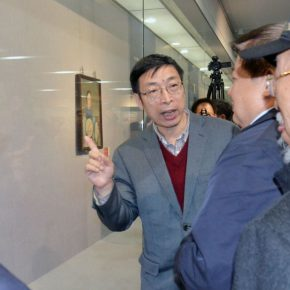 "36 Curator Yin Shuangxi guided the guests to visit the exhibition 290x290 - History is Today, the Temperature is High: ""The Temperature of History"" is ending in Taiyuan!"