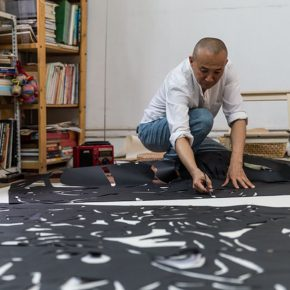 "01 Qiao Xiaoguang was creating the work ""Dialogue of Paper"", photo courtesy of Cao Liang, 2014"