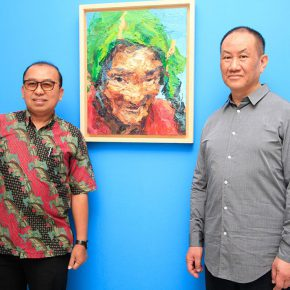 """02 Director of the National Gallery of Indonesia Tubagus Andre Sukmana and artist Xie Dongming 290x290 - """"SELF SPACE"""": Xie Dongming's Solo Exhibition Opened at the National Gallery of Indonesia"""
