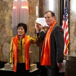 05 Ms. Zhang Qiyue, Chinese Consulate-General in New York, John B Kessler, President and Chief Operating Officer of the Empire State Building Group attended the lighting ceremony of Chinese New Year