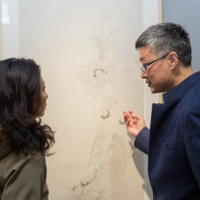 02 The artist Yu Yue right exchanged views with the audience 290x290 - Isolating Dust and Seeking Indifference: Yu Yue's Exhibition of Work opened in the 798 Gallery