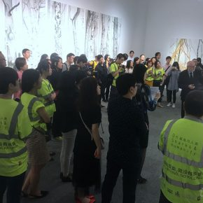 07 The curator guided the media to visit the show before the opening ceremony