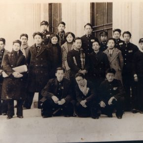 41 Group photo of Pan Tianshou (the first person on the left) and the students from the Hangzhou Art School on the campus, in the 1930s