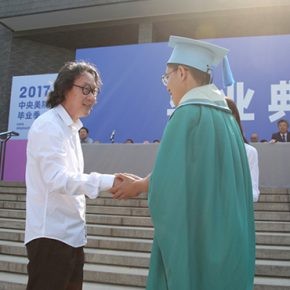 00 Prof. Xu Bing, Director of the Academic Committee, gave the award certificate to the winner of the award Su Yongjian