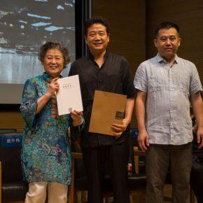 07 Zhang Zikang, Director of CAFA Art Museum issued a donation certificate to a representative of Zong Qixiang's family