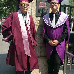03 Group photo of Prof. Li Jun and Wu Tianyue standing in front of the doorplate of No.5 Xiaowei Hutong