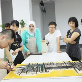 05 The resident artists were exchanging views in the engraving workshop of YAC