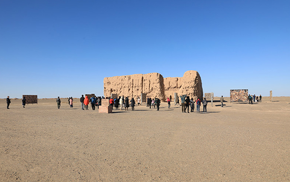 "00 featured image of ""Living Natures – Liu Shangying"" at the ruins of the red town, an ancient pass of the Han Dynasty, in the E'jina Desert"