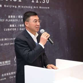 "01 Li Wenhua Chairman of the Board of the Directors of Beijing Minsheng Art Museum addressed the opening ceremony 290x290 - ""Guan Yong – The Intermediate Space"": A Fable about Creation and Viewing Methods"