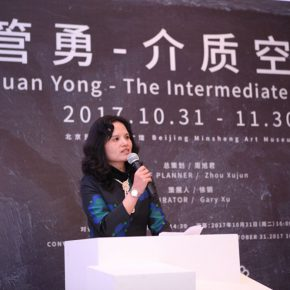 "06 Xu Qinping Head of the Curatorial Department at Beijing Minsheng Art Museum presided over the opening ceremony of the exhibition 290x290 - ""Guan Yong – The Intermediate Space"": A Fable about Creation and Viewing Methods"