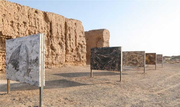 "25 Exhibition view of ""Living Natures – Liu Shangying"" at the ruins of the red town an ancient pass of the Han Dynasty in the E'jina Desert 598x357 - Living Nature – Liu Shangying's Action Painting"