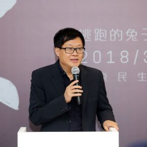 "02 The curator of the exhibition Lu Peng delivered a speech at the opening ceremony 290x290 - Deconstructing the Self and Running Forward: ""Rabbit on the run"" Chen Xi's New Works Kicked Off at Beijing Minsheng Art Museum"