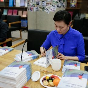 """34 The authors signed their names on the books 290x290 - Stories of Artistic Growth: """"The Gray Palette: When I Studied at CAFA"""" has been officially published"""