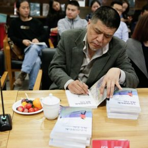 """35 The authors signed their names on the books 290x290 - Stories of Artistic Growth: """"The Gray Palette: When I Studied at CAFA"""" has been officially published"""