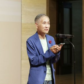 "03 The artist Wong Hau Kwei delivered a speech 290x290 - Urban Landscapes Presented in Ink Paintings: ""Ink Art – Wong Hau Kwei"" Debuted at the National Art Museum of China"