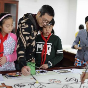 Artists Zeng Jianyong and Zhang Tianmu from the T3 Artistic Community were teaching students at the Course of Chinese Painting