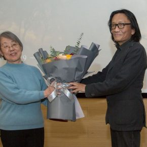 Su Xinping, Vice President of CAFA gave a donation certificate to the daughter of Mr. Li Ruinian, Associate Professor Li Diya from the College of Fine Arts at Capital Normal University