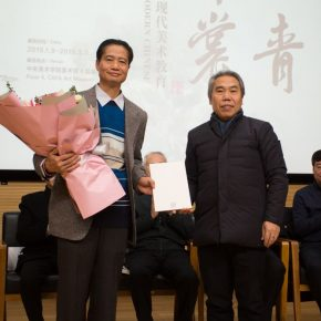 Wang Shaojun, Deputy Party Secretary of Central Academy of Fine Arts gave a donation certificate to Mr. Zheng Weixiong on behalf of the school