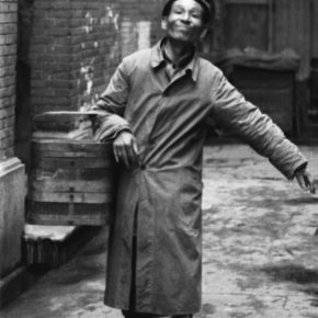 In 1949, A Cooked Food Hawker in the Alley of Xiafeifang, Shanghai. 55.9×35cm