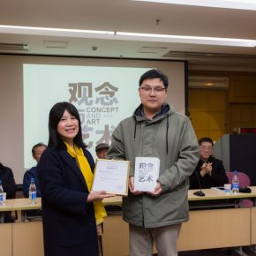 He Wei donated the book of Idea and Art to the Library of CAFA School of Humanities.